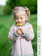 Маленькая девочка с желтым одуванчиком. Стоковое фото, фотограф Dmytro Kohut / Фотобанк Лори