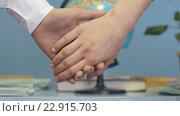 Купить «Парень и девушка держатся за руки», видеоролик № 22915703, снято 1 апреля 2016 г. (c) worker / Фотобанк Лори