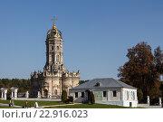 Церковь Знамения Пресвятой Богородицы в Дубровицах под Подольском и здание рядом. Редакционное фото, фотограф Горбачев Матвей Владимирович / Фотобанк Лори