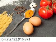 Купить «Яйца, помидоры чеснок, спагетти и специи на темном фоне», фото № 22916871, снято 1 мая 2016 г. (c) Иван Карпов / Фотобанк Лори