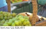 Ripe Green Grapes and Peaches in Wicker Basket. Стоковое видео, видеограф Данил Руденко / Фотобанк Лори