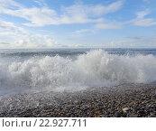 Купить «Морская волна на галечном пляже, голубое небо с белыми облаками», фото № 22927711, снято 14 января 2016 г. (c) DiS / Фотобанк Лори