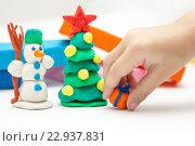 Купить «Ребенок лепит, детская новогодняя поделка из пластилина, снеговик, елка, подарок», фото № 22937831, снято 1 января 2016 г. (c) Юлия Михайлова / Фотобанк Лори