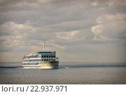 Круизный лайнер на воде Онежского озера. Стоковое фото, фотограф Илья Малов / Фотобанк Лори
