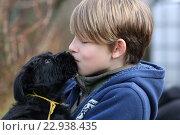 Купить «Berlin, Germany, boy kisses a puppy», фото № 22938435, снято 19 марта 2016 г. (c) Caro Photoagency / Фотобанк Лори