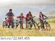 Семья путешествует на велосипедах в горах. Стоковое фото, фотограф Кирилл Греков / Фотобанк Лори