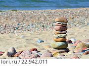Купить «Пирамида из гальки на солнечном пляже», фото № 22942011, снято 8 мая 2016 г. (c) Сергей Трофименко / Фотобанк Лори
