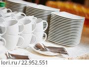 Купить «Breakfast catering. Empty clean white plates and cups», фото № 22952551, снято 4 марта 2016 г. (c) Дмитрий Калиновский / Фотобанк Лори