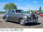 Купить «Автомобиль Rolls-Royce Phantom V - участник парада ретроавтомобилей в Керимяки. Финляндия», фото № 22955139, снято 6 июня 2015 г. (c) Виктор Карасев / Фотобанк Лори
