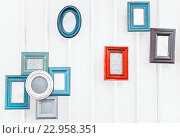 Старинные красочные фоторамки на белой стене. Стоковое фото, фотограф Светлана Сухорукова / Фотобанк Лори