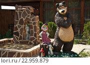 """Купить «Скульптура """"Машенька и медведь""""», фото № 22959879, снято 22 мая 2016 г. (c) Владимир Гуторов / Фотобанк Лори"""