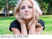 Девушка со светлыми волосами в парке. Блондинка улыбается, глядя вверх. Стоковое фото, фотограф Евгений Пидеркин / Фотобанк Лори