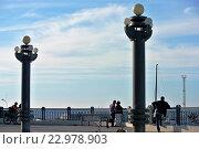 Купить «Немногочисленные отдыхающие любуются видом Черного моря с морской набережной города-курорта Анапа», фото № 22978903, снято 30 апреля 2016 г. (c) Елена Александрова / Фотобанк Лори