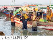 Купить «Myanmar, Rakhine state, Mrauk-U, men unload by hand boats loaded with stones.», фото № 22982151, снято 8 июля 2020 г. (c) age Fotostock / Фотобанк Лори
