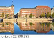 Купить «Виды Хельсинки. Отражение в Северной гавани», фото № 22998895, снято 27 сентября 2015 г. (c) Валерия Попова / Фотобанк Лори