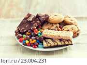 Купить «close up of sweets on table», фото № 23004231, снято 22 мая 2015 г. (c) Syda Productions / Фотобанк Лори