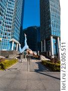 Купить «Девушка стоит на руках на фоне городских небоскрёбов», фото № 23005511, снято 3 октября 2015 г. (c) Сергей Тимофеев / Фотобанк Лори