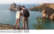 Купить «Пара в походе», видеоролик № 23007195, снято 22 октября 2015 г. (c) Станислав Толстнев / Фотобанк Лори