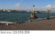 Купить «Вид на набережную и памятник затопленным кораблям в Севастополе. Крым», видеоролик № 23010359, снято 21 апреля 2016 г. (c) Яна Королёва / Фотобанк Лори