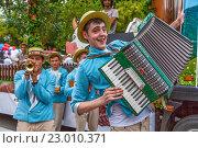 Купить «Веселые музыканты на открытии летнего курортного сезона в Сочи 2016», эксклюзивное фото № 23010371, снято 28 мая 2016 г. (c) Николай Сивенков / Фотобанк Лори