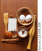 Купить «Оформление кулинарного рецепта. Деревянная кухонная утварь и блокнот. Кухонный натюрморт», фото № 23018339, снято 26 мая 2016 г. (c) Виктория Катьянова / Фотобанк Лори