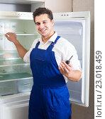 Купить «Serviceman fixing technical problems», фото № 23018459, снято 19 октября 2018 г. (c) Яков Филимонов / Фотобанк Лори