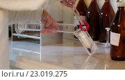 Купить «Эксперименты с пробирками в био лаборатории», видеоролик № 23019275, снято 20 мая 2016 г. (c) Илья Насакин / Фотобанк Лори