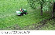Купить «Газонокосильщик. Механизированный покос газонов.», фото № 23020679, снято 25 мая 2016 г. (c) Дмитрий Козлов / Фотобанк Лори