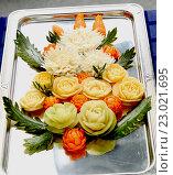 Купить «Карвинг. Блюдо из овощей и фруктов. Оформление», эксклюзивное фото № 23021695, снято 11 июня 2013 г. (c) Инна Козырина (Трепоухова) / Фотобанк Лори