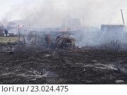 Купить «Пепелище, пожар, дым, горит сухая трава и садовые домики. Человек несёт вёдра с водой по не сгоревшему островку.», фото № 23024475, снято 19 мая 2016 г. (c) Нина Карымова / Фотобанк Лори