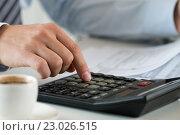 Руки бухгалтера или банкира делают расчет на калькуляторе. Стоковое фото, фотограф Людмила Дутко / Фотобанк Лори