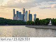 Москва-Сити на закате, вид с Москвы-реки, эксклюзивное фото № 23029551, снято 26 мая 2016 г. (c) Константин Косов / Фотобанк Лори