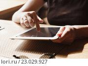 Купить «Женщина с планшетным компьютером в руках возле окна», фото № 23029927, снято 3 мая 2016 г. (c) Константин Колосов / Фотобанк Лори