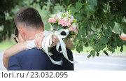 Купить «Поцелуй жениха и невесты», видеоролик № 23032095, снято 2 июня 2016 г. (c) Vitalii Popov / Фотобанк Лори