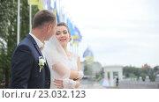 Купить «Счастливые жених и невеста веселятся в солнечный день», видеоролик № 23032123, снято 2 июня 2016 г. (c) Vitalii Popov / Фотобанк Лори