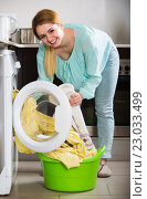 Купить «Portrait of housewife with bed linen near washer», фото № 23033499, снято 21 января 2020 г. (c) Яков Филимонов / Фотобанк Лори
