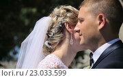 Купить «Счастливые жених и невеста в солнечный день», видеоролик № 23033599, снято 2 июня 2016 г. (c) Vitalii Popov / Фотобанк Лори