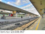 Купить «Платформа железнодорожного вокзала в городе Реджо-нель-Эмилия», фото № 23038967, снято 7 октября 2011 г. (c) Parmenov Pavel / Фотобанк Лори