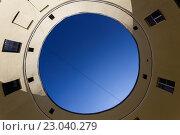 Двор-колодец в форме круга, Санкт-Петербург. Стоковая иллюстрация, иллюстратор Андрей Орехов / Фотобанк Лори