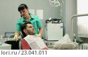 Лечение кариеса. Мужчина посещает стоматолога. (2016 год). Редакционное видео, видеограф ActionStore / Фотобанк Лори