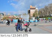 Купить «Пары с колясками гуляют по Спортивной набережной у фонтана во Владивостоке», фото № 23041075, снято 14 декабря 2018 г. (c) Овчинникова Ирина / Фотобанк Лори