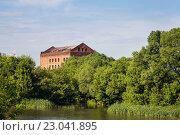 Купить «Сельский пейзаж - вид на полуразрушенную мельницу», фото № 23041895, снято 28 мая 2016 г. (c) Сергей Чайко / Фотобанк Лори