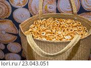 Купить «Сушки в плетеной корзине», фото № 23043051, снято 26 мая 2016 г. (c) Наталья Окорокова / Фотобанк Лори