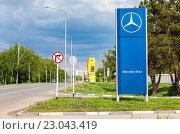 Купить «Самара. Дилерский знак Mercedes-Benz на обочине дороги в солнечный день», фото № 23043419, снято 22 мая 2016 г. (c) FotograFF / Фотобанк Лори