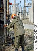 Рабочий выполняет бурение скважины на электрической подстанции. Стоковое фото, фотограф Михаил Бессмертный / Фотобанк Лори