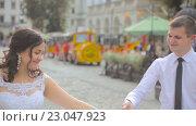 Купить «Молодожены гуляют по городу», видеоролик № 23047923, снято 6 июня 2016 г. (c) Vitalii Popov / Фотобанк Лори
