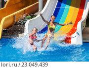 Купить «Children on water slide at aquapark.», фото № 23049439, снято 26 июня 2015 г. (c) Gennadiy Poznyakov / Фотобанк Лори