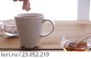 Купить «hand adding sugar to cup of tea or coffee», видеоролик № 23052219, снято 15 апреля 2016 г. (c) Syda Productions / Фотобанк Лори