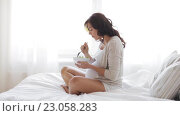 Купить «pregnant woman eating salad in bed at home 22», видеоролик № 23058283, снято 29 мая 2016 г. (c) Syda Productions / Фотобанк Лори