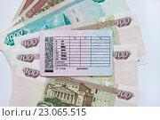 Купить «Водительские права лежат на рублевых банкнотах», фото № 23065515, снято 10 июня 2016 г. (c) Victoria Demidova / Фотобанк Лори